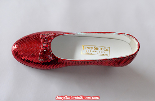 Finished sequined US women's size 9 right shoe