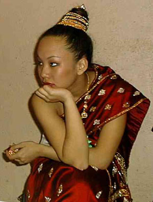 04102001_laos_pageants_france.jpg